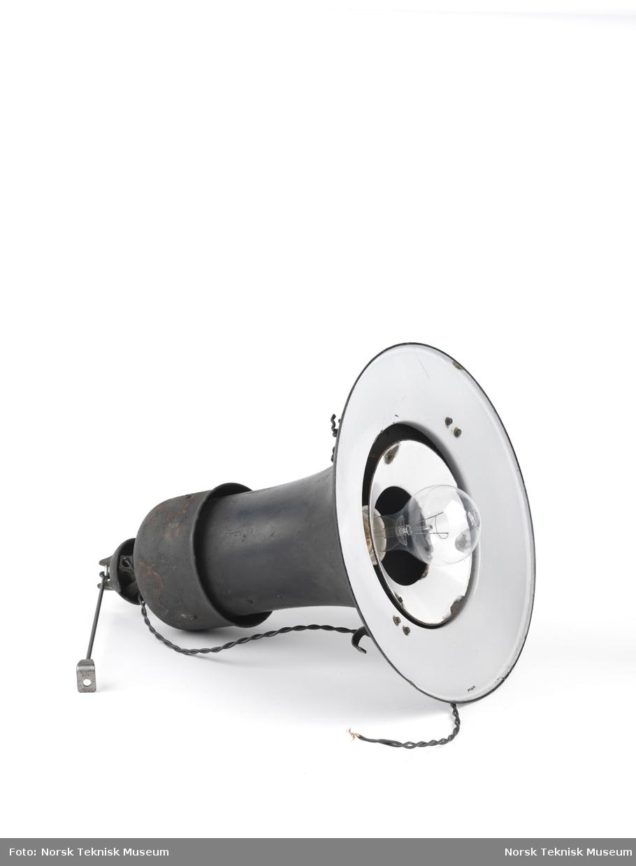 Gatelykt i jern. 300W lyspære sitter i