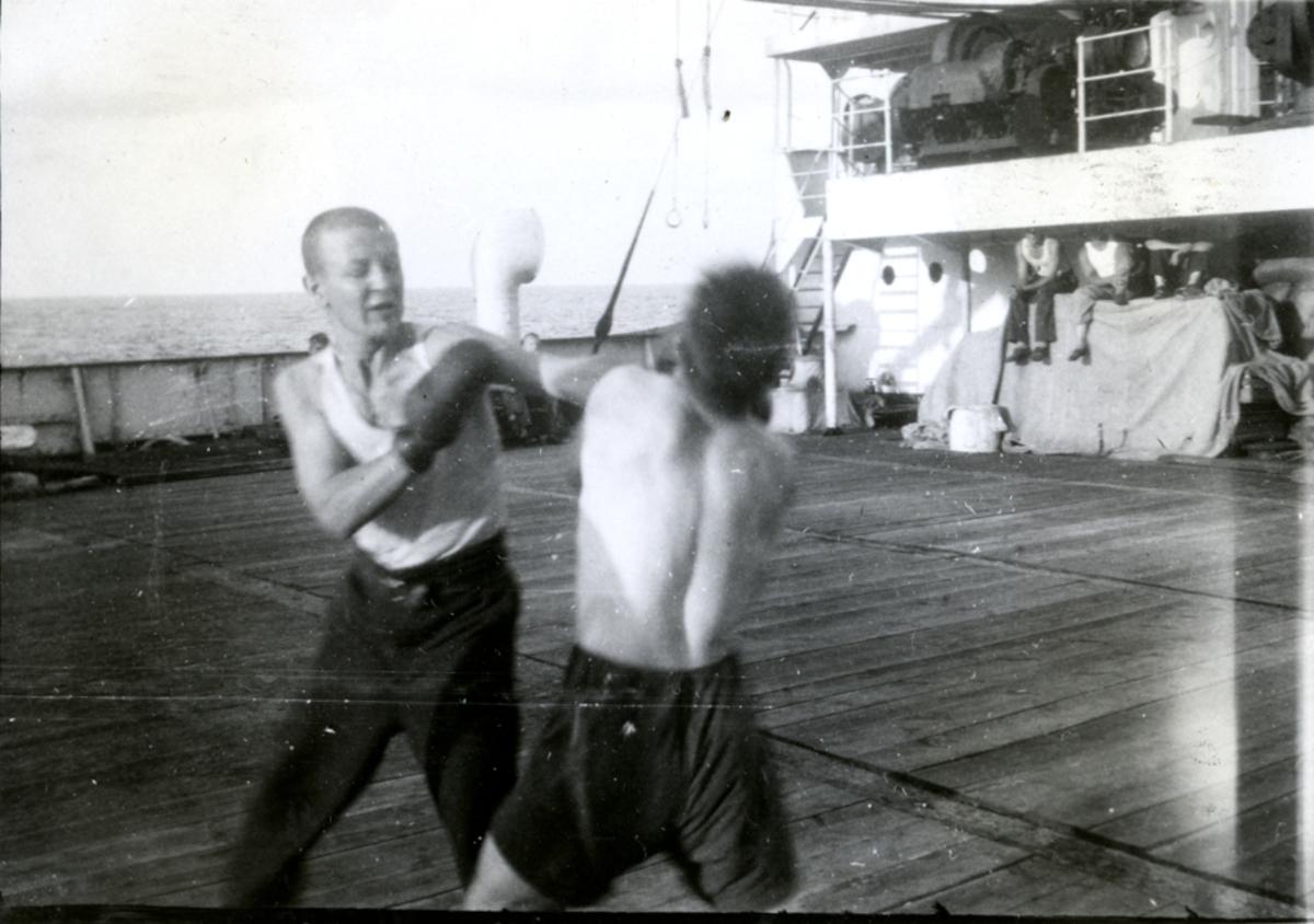 Bokserne trener. - Ombord i Fl/K ' Vestfold' (b. 1931, Furness Shipbuilding Co. Ltd, Haverton Hill).