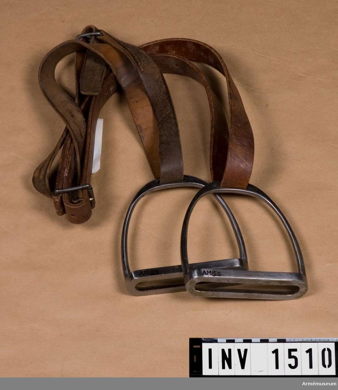 Samhörande nr är 1509-10.  Stigbygelremmar m stigbyglar.Ett par, t sadel m/1900.