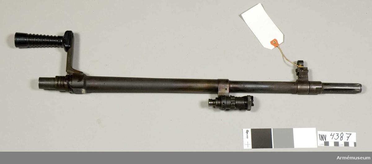 Pipa m/1958 t kulspruta.Består av: flamdämpare, korn, gasregulator, bärhandtag, låsmutter.Pipan är invändigt försedd med bommar och räfflor. Fällbart korn. Tillverkningsnummer 1007-1, 6,5 mm