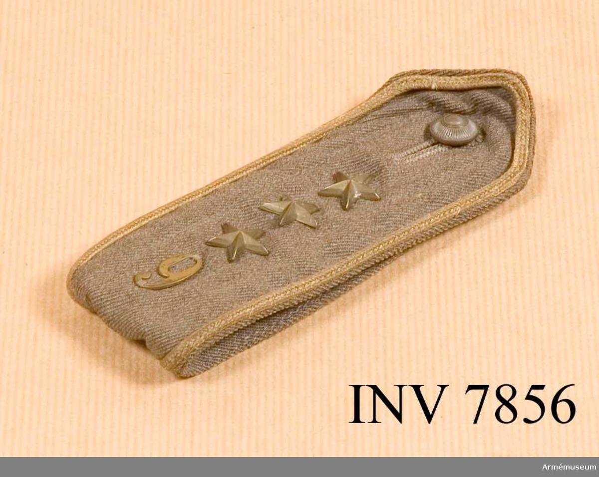 Längd 130 mm. Bredd 50 mm. Vikt 20 g. Färg gråbrungrön. Axelklaff till kappa (trenchcoat och vindkavaj). Den är dubbelvikt och skall fästas under hällor på plagget. Knäppes ihop med artilleriets knapp m/1939 av den mindre modellen. Axelklaffen är försedd med en 9:a i metall och tre stjärnor i bronsfärgad metall. Runt axelklaffen löper en bronsfärgad galon. Axelklaffen har gradbeteckning för kapten.