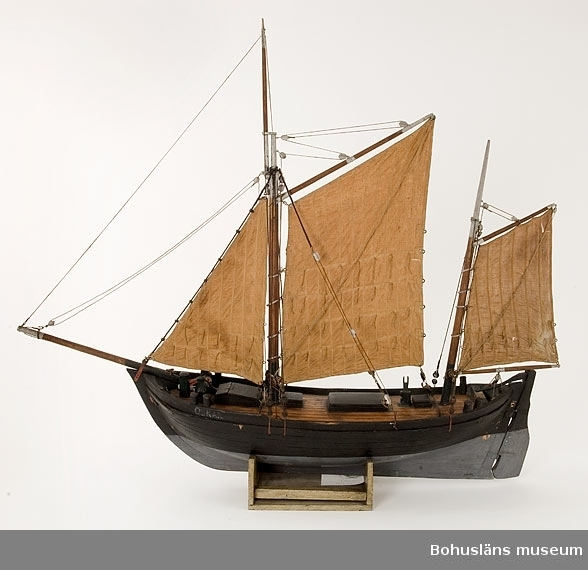 Ur handskrivna katalogen 1957-1958: Bankfiskefartyg, modell L. (från för till akter) 87. , Kravellbyggd fiskejakt med 3 segel och två master. Föremålet helt. För 12 man. Byggd i Bohuslän.