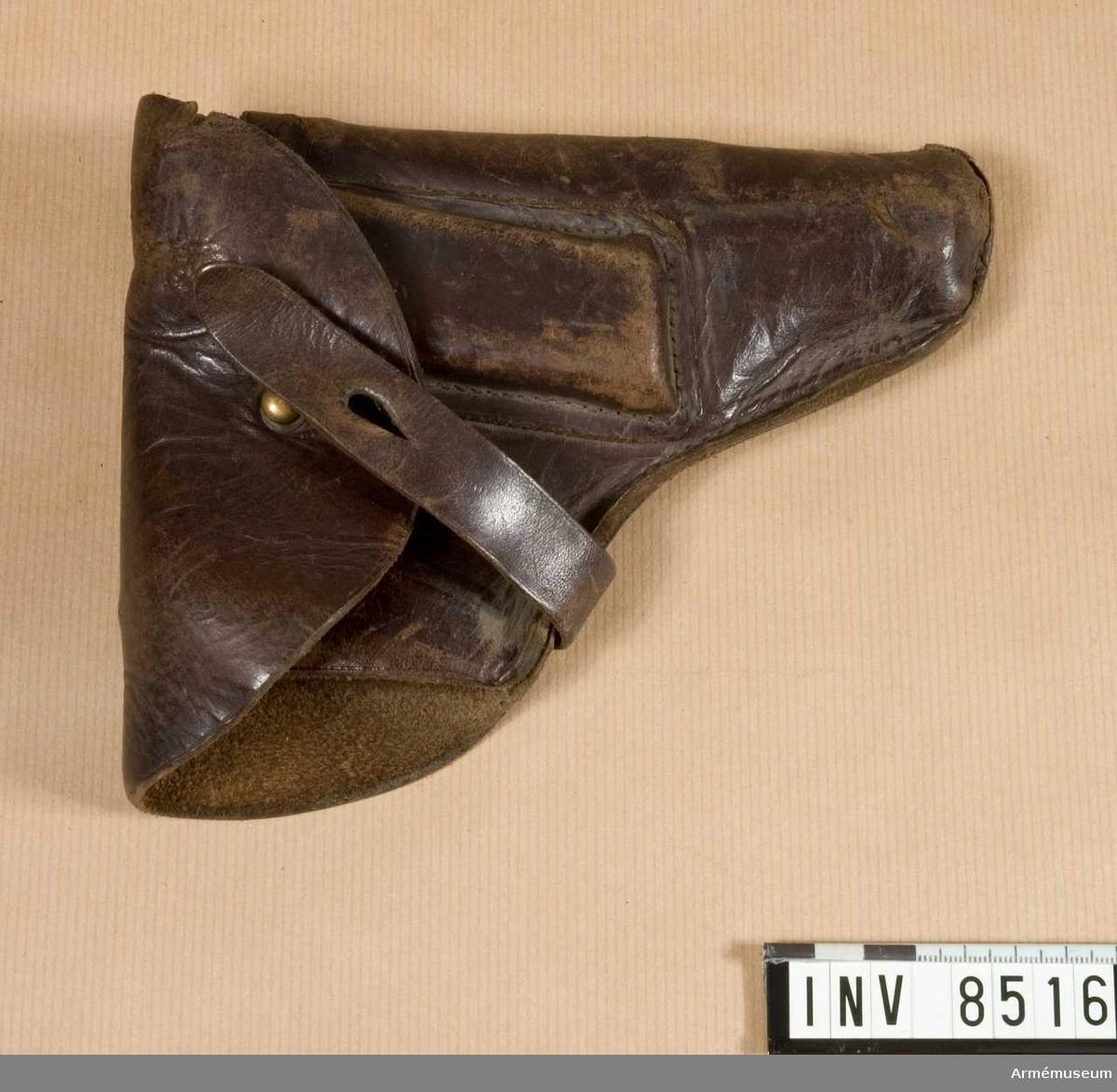 Pistolfodral av läder till halvautomatisk pistol modell HSc, Mauser, Tyskland. Låsknapp av mässing.  Samhörande nr är 8515-6, pistol, fodral.