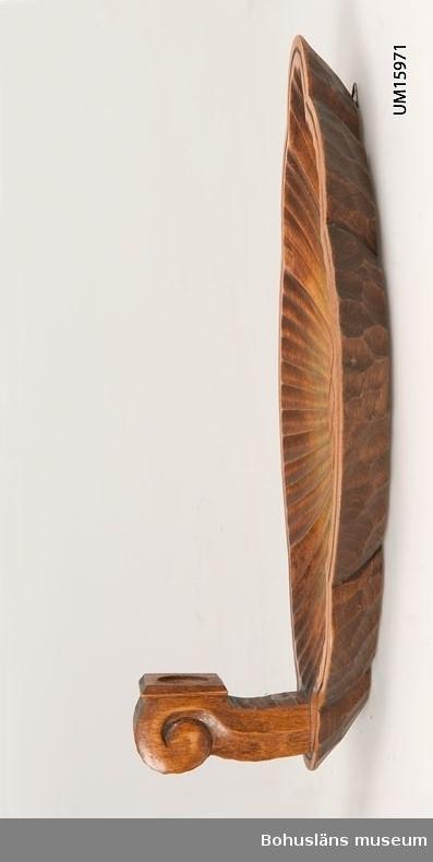 För stearinljus med flerpassformad oval väggbricka med snidad dekor.  Se UM015810