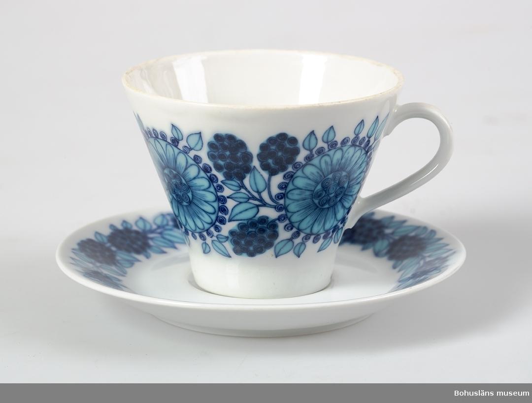 """Blått blommönster, blå stämpel i fatets botten """"Arabia design"""" och krona  inom cirkel samt """"Johanna.""""  Sammanhör med UM17229."""