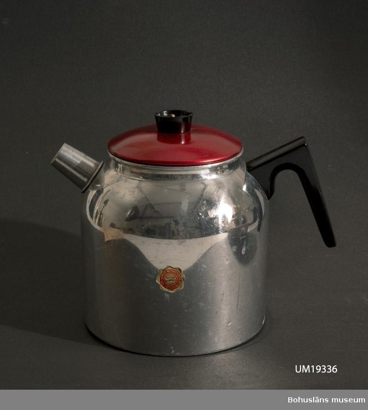"Kaffekanna i aluminium med bakelithandtag. Kort pip. Pappersetikett med text: ""Aug. Lundhs metallfabrik AB Eskilstuna. Grundad 1918"".  Angående proveniens - se UM019329"