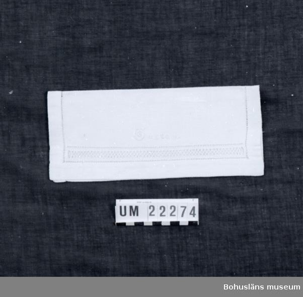 """594 Landskap BOHUSLÄN  Servettväska med ett fack, broderat med utdragssöm och langettsöm på framsidan  broderat med silkegarn: """"GUSTAV"""".  UMFF 95:1"""