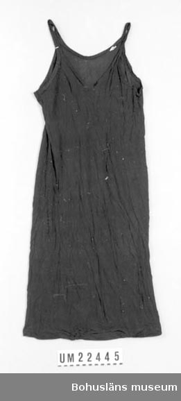"""594 Landskap BOHUSLÄN  Svart underklänning med axelband. Fastsytt varumärke med text: """"Indeform. inreg. AF."""", samt en för storlek: """"44"""".  UMFF 115:2"""