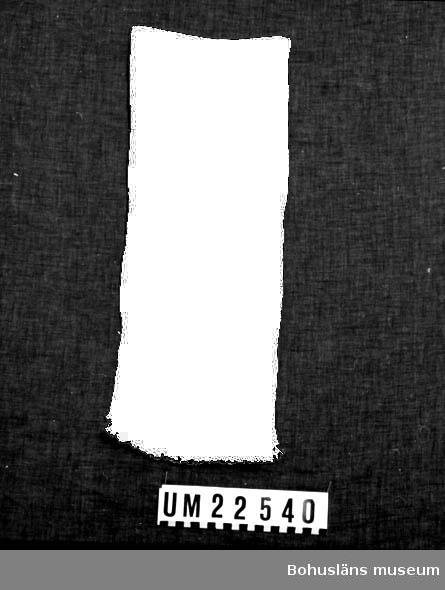 471 Tillverkningstid 1940-1960? 594 Landskap BOHUSLÄN  Vävd i rutor, varannan matt, varannan blank. Varpen går i och bildar kort frans i ändarna.  UMFF 123:8