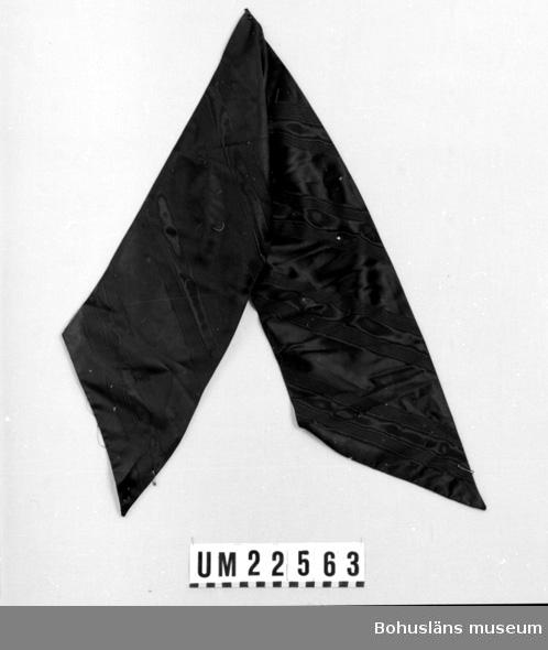 594 Landskap BOHUSLÄN  Översidan moiremönstrat svart siden. Undersidan vitt slätt siden.  UMFF 126:4