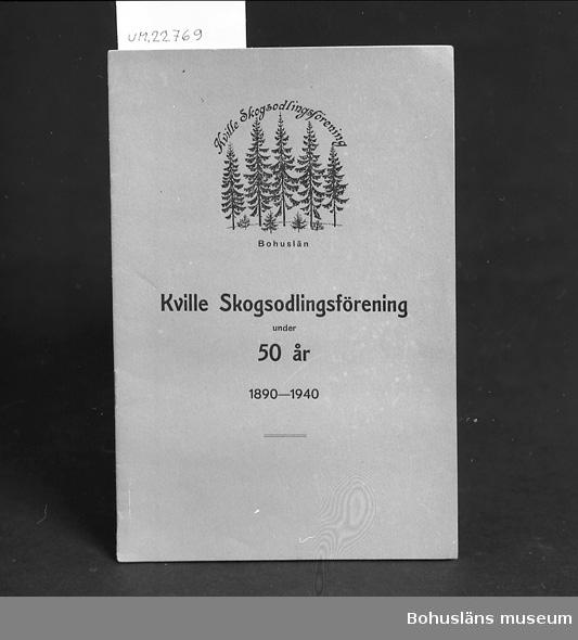 """412 Förvärvstillst BLEKT  """"Kville Skogsoglingsförening under 50år 1890-1940"""". Se UM22759.  För upplysningar om ägarna, Gunnar och Greta Karlsson, se UM018527. Gåvan omfattar UM022759 - UM022779."""
