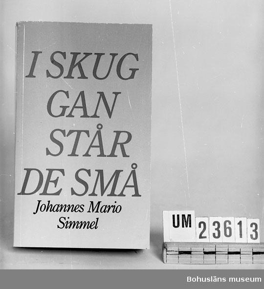 """594 Landskap BOHUSLÄN 394 Landskap BOHUSLÄN  Simmel, Johannes: """"I skuggan står de små"""".  Häftad pocketbok. Se förvärvsuppgifter under UM23603. Neg.nr. UM145:10."""