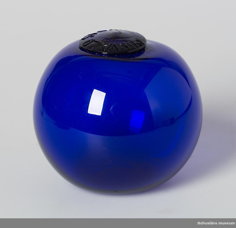 """Mörkblått glas.  På puntelmärket texten: """"Torvald Stranne""""."""