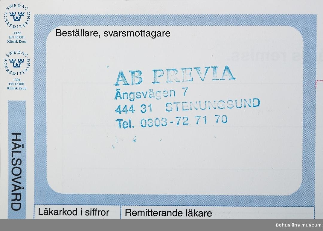 """Föremål  insamlade i projektet Oil Field Girls - petrokemisk industri i Stenungsund 2003-2004.  De petrokemiska företagen i Stenungsund brukar köpa 3-åriga serviceavtal med företagshälsovården. Man får 3 besök som beställs via företaget på Previa (det fjärde på Rehab).   Föremålen är resultatet av en direkt inbjudan till deltagarna i projektet att föreslå föremål som skulle kunna samlas in till museet. Eva Pettersson deltog i gruppen som bestod av sjuksköterskor från Borealis och Esso. Eva var den enda som fortfarande arbetade som sjuksköterska, de övriga var pensionärer. Eva arbetade nu på Previa som bland annat har de petrokemiska företagen som sina kunder. Eva hade alltså erfarenhet från två helt olika arbetssätt. På Previa får företagen köpa de tjänster de önskar, till exempel ett visst antal provtagningar vart tredje år. Under våra samtal kom vi ofta in på skillnaden mellan  företagshälsovården idag jämfört med tidigare. Den viktigaste delen i företagshälsovården ansåg alla var att kunna lyssna på sina patienter, något som Eva menade inte alls fanns utrymme att  köpa från Previa.  Beställningsblanketten ingår, tillsammans med syntestet, UM27923, i webutställningens avsnitt om Hälsovård som presenteras så här:  """"Hälsovården inom den petrokemiska industrin har varit betydligt mer omfattande än idag. Då industrierna etablerade sig i Stenungsund, var man mycket mån om att få en bra företagshälsovård.  Skyltar vid företagens entréer upplyste om hur många olycksfria dagar man hittills haft under året. Under ganska många år var företagshälsovården också heltäckande, den inbegrep inte bara den anställde, utan också hans/hennes familjer. Man månade inte bara om den anställde  på arbetet, man var också angelägen om att han/hon skulle ha en säker fritid.  Detta åstadkom man bl a genom informationsbroschyrer. Man startade också fritidsklubbar vid  de olika företagen, t ex ESSO-klubben.  Idag köps företagshälsovården av företagen via Previa, och det  preciseras noga vad man"""