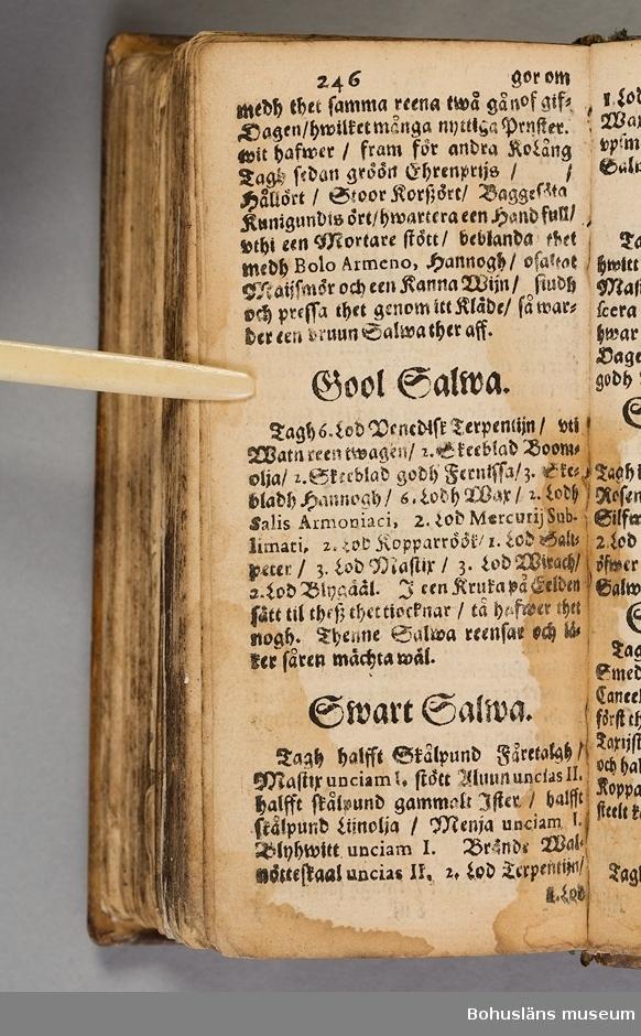 """Originalupplaga tryckt i Stockholm 1647 hos Heinrich Keyser. 12:o., duodecimoformat,  (8), 258, (8) sidor. Nött helskinnsband. Oläslig namnteckning på pärmsidans insida tillsammans med täta anteckningar och årtalen 1659. Inlagan hårt skuren. Originalupplagans utvikbara plascher saknas.  Sammanbunden med Mårten Behms ( även Martin Böhme) (1559-1636) bok """"Een ny och ganska nyttigh Läkiarebook om Häste Läkedomar"""" som är den andra på svenska tryckta boken om hästvård- och skötsel, utgiven 1648 i Stockholm hos samma tryckare. Behms bok ligger först i inbindningen."""
