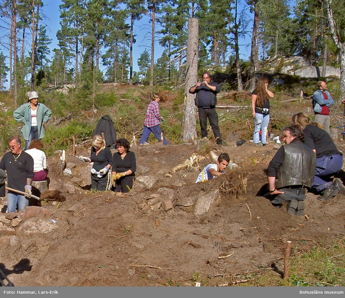 Arkeologisk undersökning av husgrund på resandeboplatsen Snarsmon 2004. På bilden pågår undersökning av det större bostadshuset. Foto: Lars-Erik Hammar, Bohusläns museum.