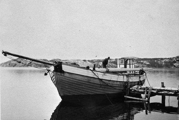 """Enl. tidigare noteringar: """"Fraktjakten """"Ragnhild"""" vid Holmuddens varv i november 1952. Repro 1985 av foto tillhörande Kjell Jacobsson, Uddevalla""""."""