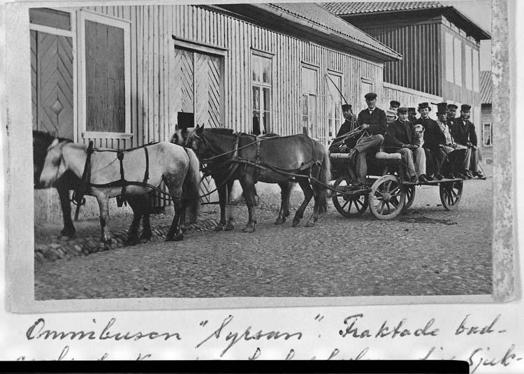 """Text som medföljer kortet: """"Omnibussen """"Syrsan"""" Fraktade badande fr. Kampenhofsplatsen till Sjukstugeholmen. Drevs av Rob. Macfie o handl. Lundbom""""."""