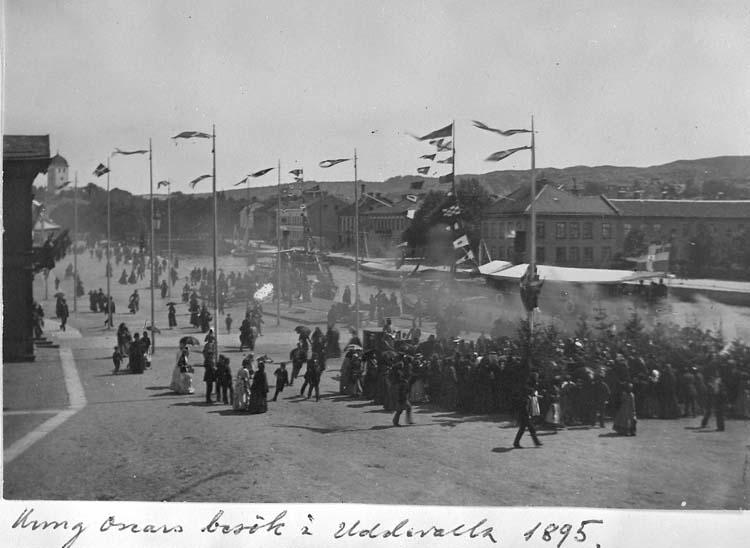"""Text på kortet: """"Kung Oscars besök i Uddevalla 1895"""".     ::"""