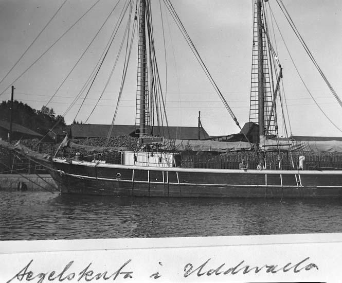 "Text på kortet: ""Segelskuta i Uddevalla""."