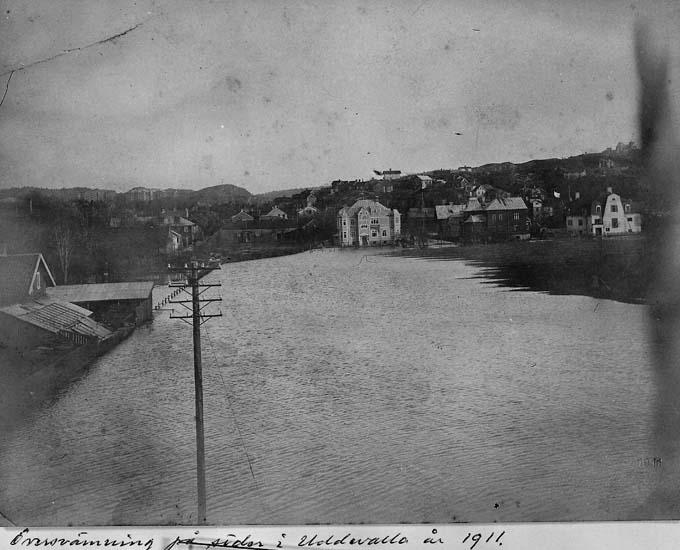 """Text på kortet: """"Översvämning på söder i Uddevalla år 1911""""."""
