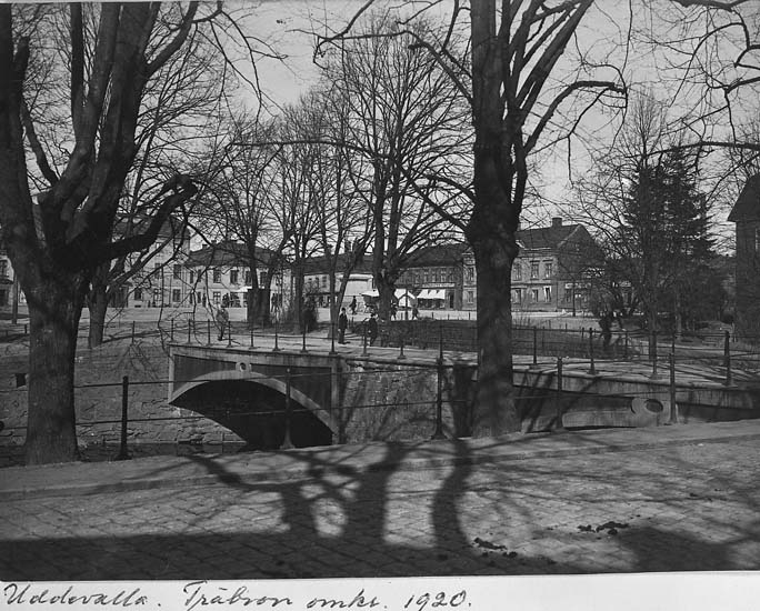 """Uddevalla. Träbron omkring 1920"""