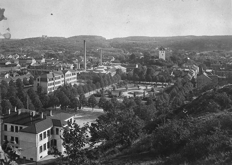 """Enligt notering: """"Uddevalla. Margretegärde omkr. 1920. Skolorna"""".    ::"""