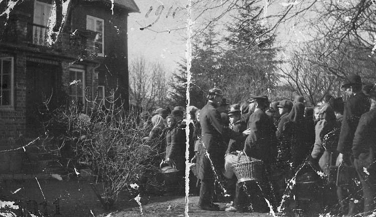 """Enligt notering: """"Uddevalla. Spritkö år 1911 vid """"Hasselbackshuset"""". Systembolaget hade sina lokaler här 1875-1924""""."""