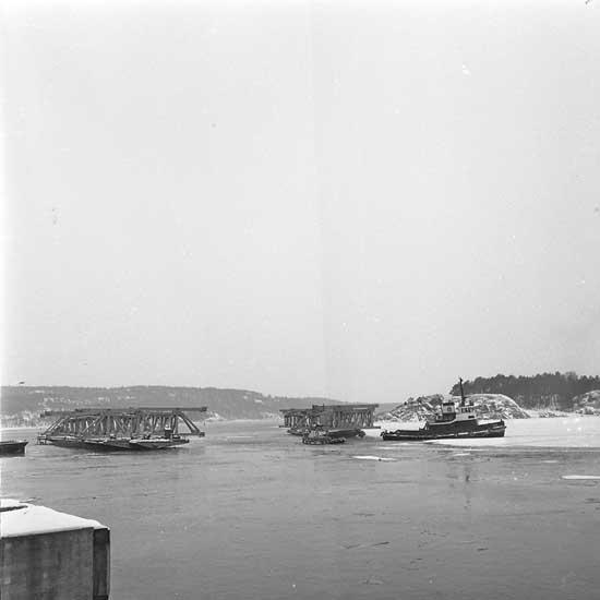 Bogserbåten Tor bogserar brosektioner till Älvsborgsbron på pråm.