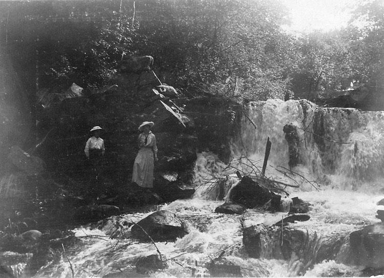 """Enligt noteringar: """"Ada och jag i Säterdalen, d. 28 Juni 1915."""""""
