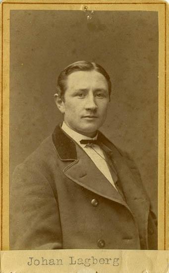 """Text på kortets baksida: """"Sjöman Johan Lagberg. (Bror till fru Carolina Zachau)""""."""