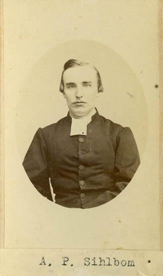 """Text på kortets baksida: """"Komminister Axel Philemon Sihlbom, g. m. Elsa f, Hjorth Sihlbom. F. 1839. Till Upsala 1859. Prästvigd 1863. Kom. i Strömstad 1873""""."""