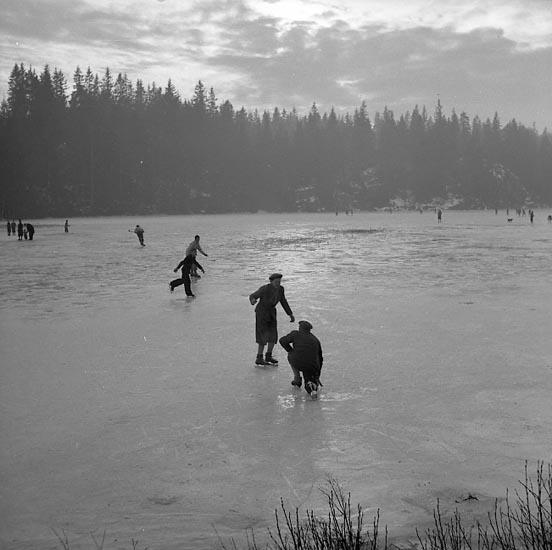 """Enligt notering: """"Skridskoåkning Jan 1950""""."""