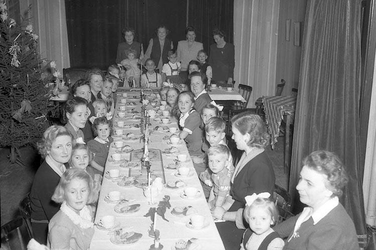 """Enligt notering: """"Barnfest å Hantverksför. 15/1 1948""""."""