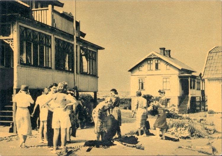 """Tryckt text på kortet: """"772. Vid STF:s sommarhem i Hasselösund Bohuslän"""". Noterat på kortet: """"Juni 1945 Hasselösund 772 """"."""