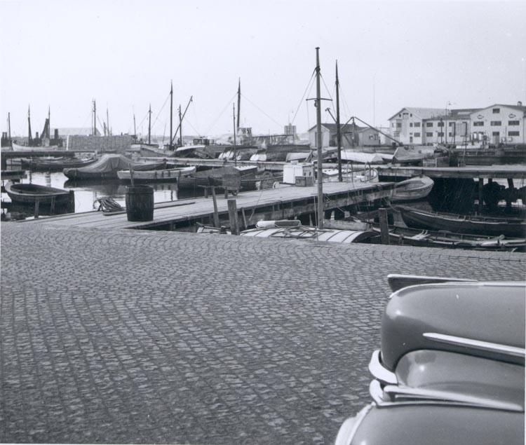 """Noterat på kortet: """"Gravarne G. hamnen ca. 1950. Till h. i bakgrunden AB Bröderna Amelns konservfabrik på Rösholmen""""."""