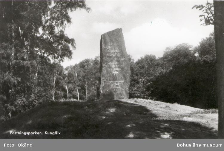 """Tryckt text på kortet: """"Fästningsparken, Kungälv"""" """"Förlag: Lars Leek, Kungälv""""."""