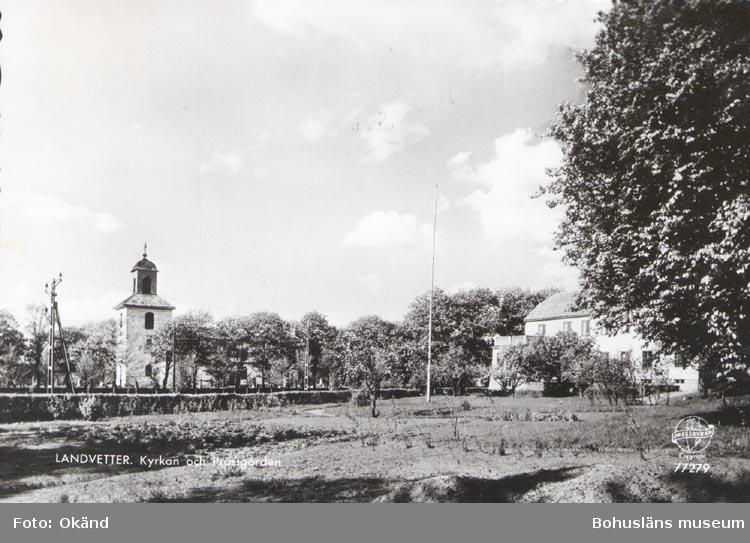 """Tryckt text på kortet: """"LANDVETTER. Kyrkan och Prästgården"""".     ::"""