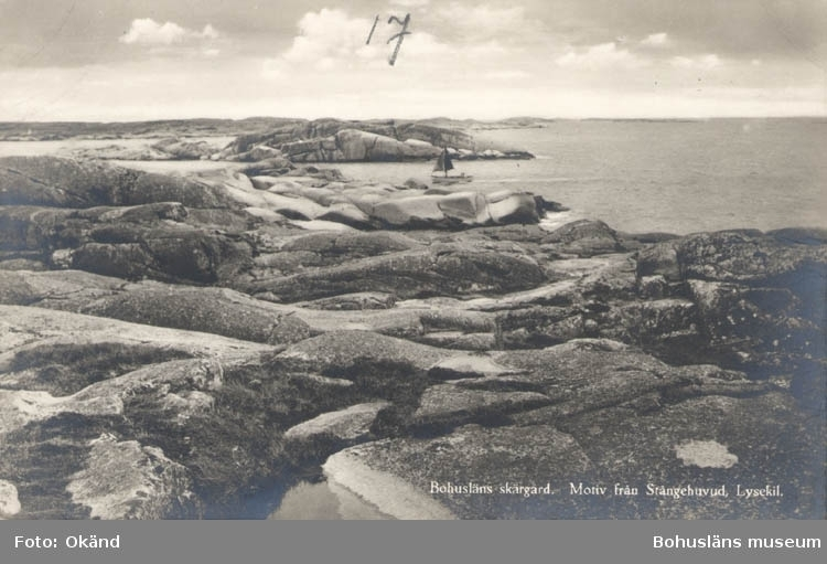 """Tryckt text på kortet: """"Bohusläns skärgård. Motiv från Stångehuvud, Lysekil."""" """"Förlag: Nordisk Konst Stockholm."""""""