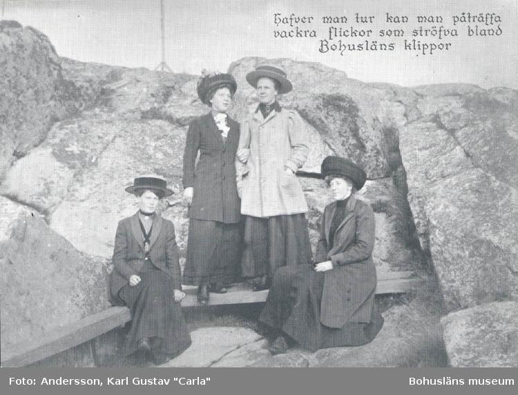 """Tryckt text på kortet: """"Hafver man tur kan man påträffa vackra flickor som ströfva bland Bohusläns klippor."""" """"Clara-Förlaget, Lysekil. tel. 10919,10320."""""""