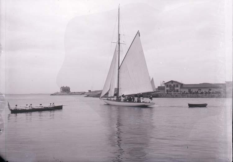 Vattenidrottsfesten i Marstrand. Kapprodd och en segelbåt. ::