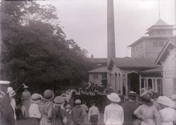 """Enligt text som medföljde bilden: """"Skeppsgossar på fest 1915"""