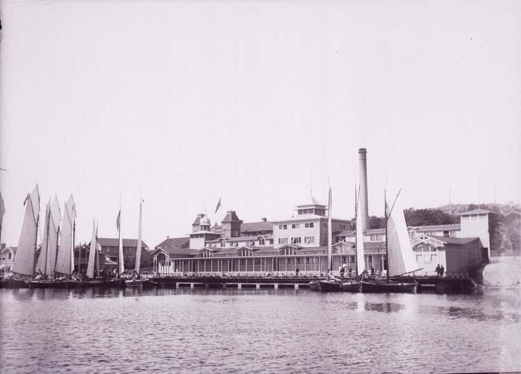 """Enligt text som medföljde bilden: """"Lysekil, Badhuset fr. sjön. 9/8 1901""""."""