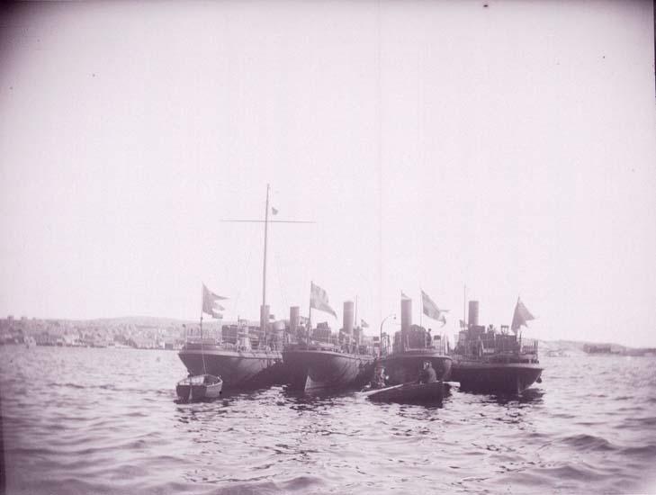 "Enligt text som medföljde bilden: ""Lysekil, Svenska Torpedbåtarne N.5-71-75-77 (Freke, Bygve, Agne, Agda) vid Bojen från aktern 20/8 1899""."
