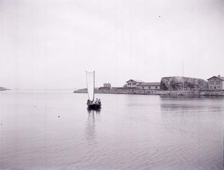"""Enligt text som medföljde bilden: """"Marstrand, Hamnen, Norra Inloppet."""" ::"""