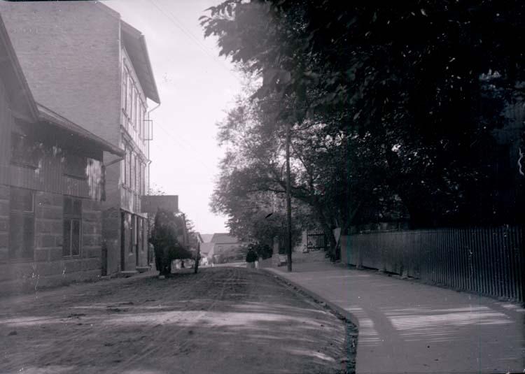 """Enligt text som medföljde bilden: """"Lysekil. Rosviksgatan med brännvinskällaren 21/8 1901."""""""