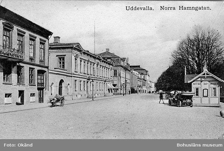 """Tryckt text på vykortets framsida: """"Norra Hamngatan""""."""