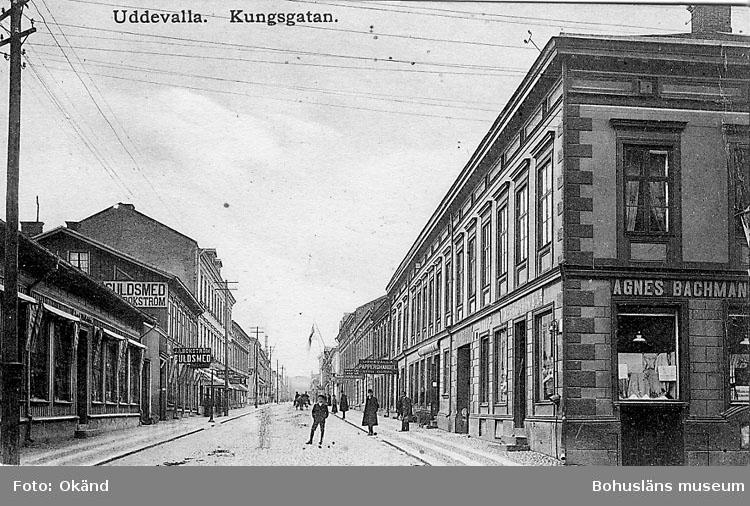 """Tryckt text på vykortets framsida: """"Uddevalla Kungsgatan"""".  ::"""