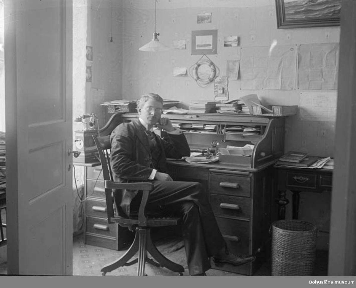 """Text till bilden: """"Redaren S.P. Pettersson på kontoret""""."""