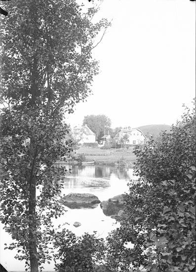 """Enligt fotografens noteringar: """"Gästis, Kviström 1929 Handelsboden."""""""